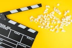 Kinowy minimalny pojęcie Oglądać film w kinie popkorn, clapper deska Zdjęcia Stock