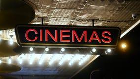 Kinozeichen mit den Leuten, die vorüber gehen stock footage