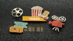 Kinozeichen mit Popcorneimer-Filmkarten auf Filmstreifen alles auf schwarzem gefunkeltem Hintergrund lizenzfreie stockbilder