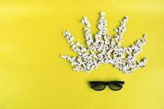 Kinozeit auf gelbem Papierhintergrund Abstraktes Bild des Filmzuschauers, 3D Gl?ser, Popcorn Konzeptkinofilm und lizenzfreies stockbild