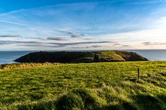 Kinsale半岛风景看法与青山的在日落 免版税图库摄影
