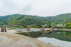 Kintaikyo bro mot molnig himmel Arkivbild