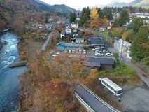 Kinugawa河和小镇在日光专区 免版税库存图片