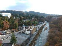Kinugawa flod och liten stad i den Nikko prefekturen royaltyfria foton