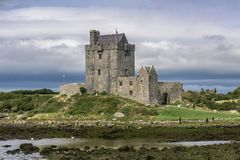 KINVARA, IRLANDA - 18 DE AGOSTO: Castillo de Dunguaire imagen de archivo libre de regalías