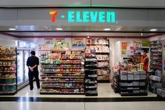 Kiosk 7-Eleven in der Schienenstation Stockbilder