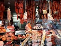 Kiosk, der enorme Auswahl von traditionellen Fleischwaren verkauft lizenzfreie stockfotografie