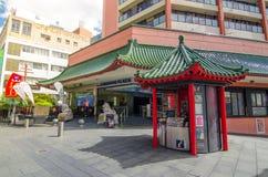 Kiosk för information om Haymarket besökare i kinesisk arkitekturtakstil på den Kina staden royaltyfri fotografi