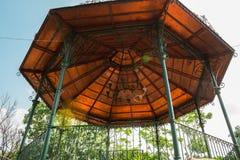 Kiosk, liten konstruktion av rund form och koniskt tak royaltyfri bild