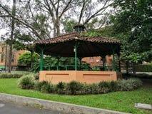 Kiosk lub gazebo z zielonymi drewnianymi kolumnami i kurenda dachem z glinianymi płytkami zdjęcia stock