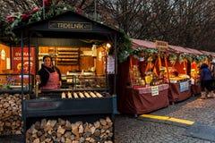 Kiosk med mat och souvenir i gammal stad av Prague Arkivbilder