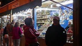Kiosk med traditionella julleksaker och gåvor lager videofilmer