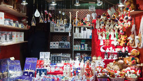 Kiosk mit Weihnachtsspielwaren und -geschenken Stockbild