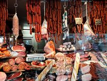 Kiosk som säljer enormt val av traditionella köttprodukter royaltyfri fotografi