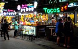 Kioske, die Eiscreme und Fruchtcocktails, Leuchtreklamen verkaufen stockfotografie