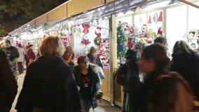 Kiosken met Traditioneel Kerstmisspeelgoed stock videobeelden