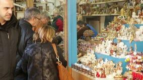 Kiosken met Traditionele Kerstmisspeelgoed en giften stock footage