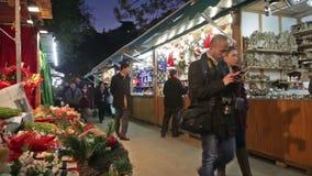 Kiosken met Traditionele Kerstmisspeelgoed en giften stock videobeelden