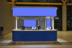 kiosken ontruimde de schermen voor om het even welk reclame of bericht Model royalty-vrije stock foto's