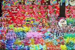 Kiosket med sötsaker på jul marknadsför i Wroclaw royaltyfria bilder