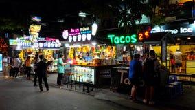 Kioski sprzedaje lody i owocowych koktajle, neonowi znaki zdjęcie royalty free