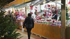 Kioski z Tradycyjnymi Bożenarodzeniowymi zabawkami i prezentami zdjęcie wideo