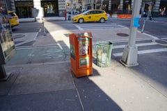 Kiosque à journaux couvert d'autocollants photos libres de droits