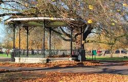 Kiosque à musique vide pendant l'automne/automne Images stock