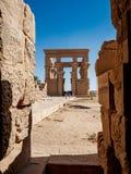 Kiosque égyptien de Trajan d'héritage à l'intérieur du temple d'Isis Philae à Assouan image libre de droits