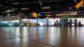 Kiosque auto- d'enregistrement dans l'aéroport Schiphol d'Amsterdam photo libre de droits