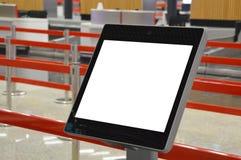 Kiosque auto- en ligne d'enregistrement d'aéroport photographie stock libre de droits