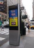 Kiosque de LinkNYC, un nouveau réseau de transmissions, annonce de loterie, New York City, Etats-Unis Images stock