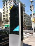 Kiosque de LinkNYC, un nouveau réseau de transmissions, New York City, Etats-Unis Images stock