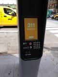 Kiosque de LinkNYC, un nouveau réseau de transmissions, 311 services de ville, New York City, Etats-Unis Image stock