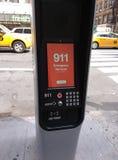 Kiosque de LinkNYC, un nouveau réseau de transmissions, 911 services des urgences, New York City, Etats-Unis Images stock