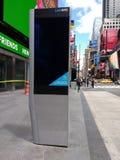 Kiosque de LinkNYC, un nouveau réseau de transmissions, Times Square, New York City, Etats-Unis Photo stock