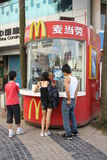 Kiosque de nourriture de rue de McDonalds en Chine Photos libres de droits