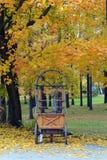 Kiosque en bois vide sur des roues Photo libre de droits