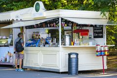 Kiosque en parc de Sokolnicky à Moscou photo stock