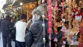 Kiosques avec les jouets et les cadeaux traditionnels de Noël banque de vidéos