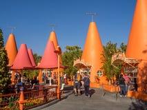 Kiosques colorés de cône dans Carsland, parc d'aventure de Disney la Californie Photo stock
