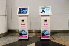 Kiosques d'enregistrement dans l'aéroport Photo stock