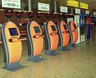 Kiosques d'enregistrement de service d'individu dans l'aéroport images libres de droits