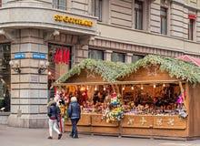 Kiosques du marché de Noël sur la rue de Bahnhofstrasse image libre de droits