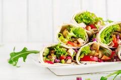 Kip Burrito Gezonde Lunch De Mexicaanse omslagen van de fajitatortilla van het straatvoedsel royalty-vrije stock foto