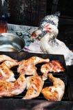 Kip die bij kippenvlees staart bij de grill Stock Afbeeldingen