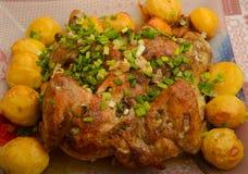 Kip die met aardappel wordt gebakken Stock Afbeeldingen