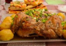Kip die met aardappel wordt gebakken Stock Afbeelding