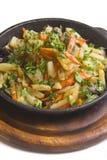 Kip die met aardappels en wortel wordt gebakken Royalty-vrije Stock Foto's
