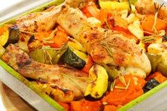 Kip die met pompoen en rozemarijn wordt gebakken. Stock Afbeelding